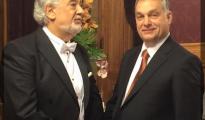 Plácido Domingo saluda a Viktor Orban