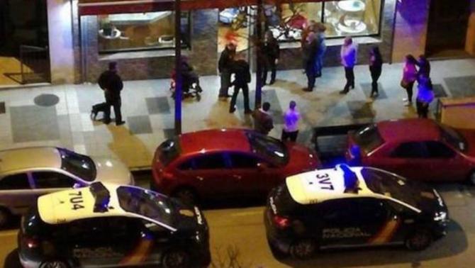 Varios coches de Policía en el local - EL COMERCIO