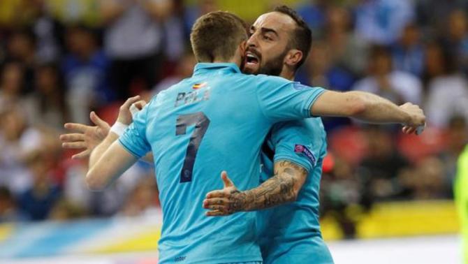 Ricardinho celebra con Pola un gol del Inter