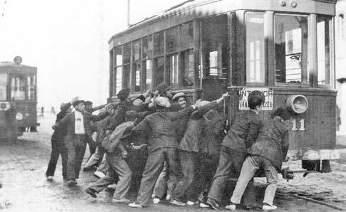 Trabajadores valencianos inmovilizando un tranvía durante la huelga golpista de 1933