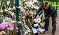 Un hombre coloca un muñeco en un memorial dedicado a la niña asesinada
