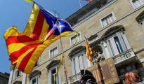 Independentistas ondenado una señera ante el Palacio de la Generalitat