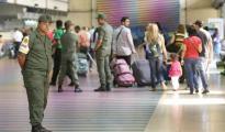 GNB controlan a los pasajeros que caminan por el Aeropuerto Internacional Simón Bolívar (ABC)