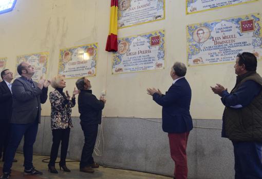 Paco Fandiño, el padre del torero homenajeado, descubre la placa en memoria de su hijo en presencia Manuel Ángel Fernández y otros miembros del Consejo Taurino