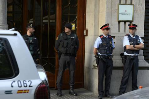 Agentes de la Guardia Civil y de los mossos a las puertas de un edificio de la Generalitat