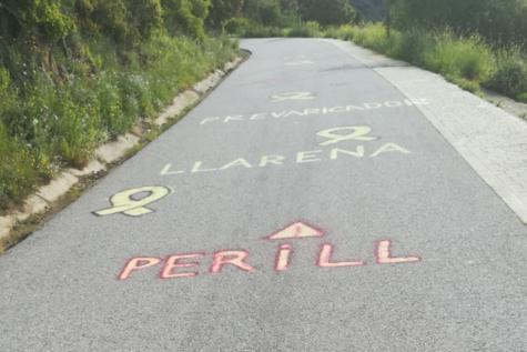 Imagen de las pintadas en la carretera de acceso a la Escuela Judicial en Barcelona (APM Cataluña)