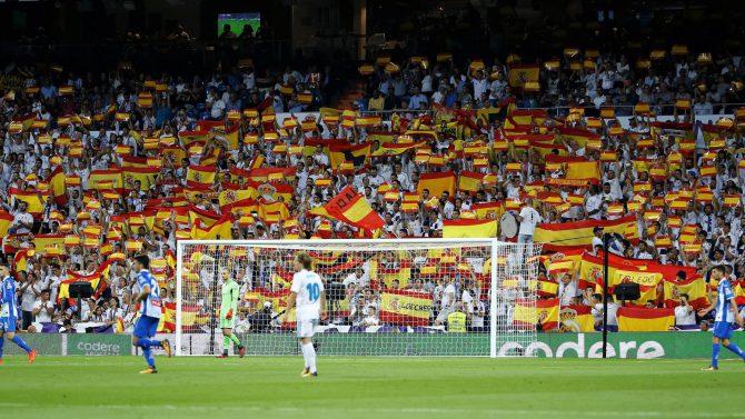 Banderas españolas en el Bernabéu.