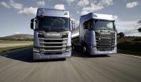 Dos camiones de transporte circulan por carreteras españolas.