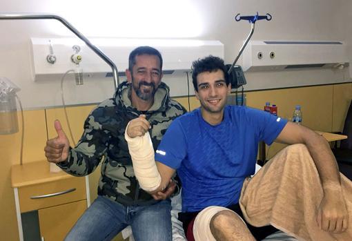 Imagen del doctor Cavadas junto al marine tras la operación