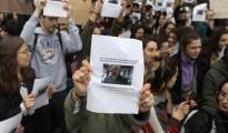 Varios estudiantes protestan contra el profesor y exhiben su imagen