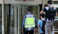 Agentes de policía entrando a la Diputación de Barcelona