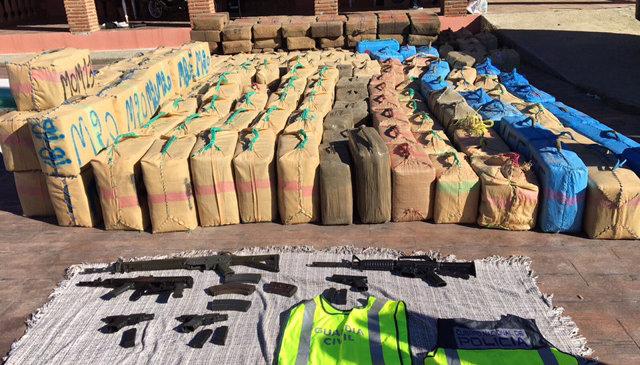 Droga y armamento incautados en Algeciras.
