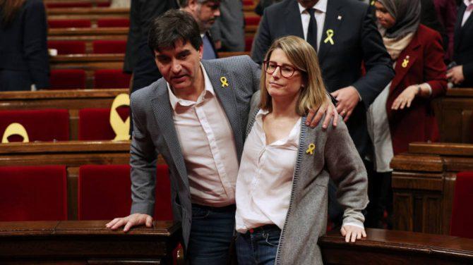 La líder de JxCAT, Elsa Artadi, abandona el Parlament con el portavoz de ERC, Sergi Sabrià.