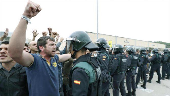 Separatistas catalanes increpan a guardias civiles.