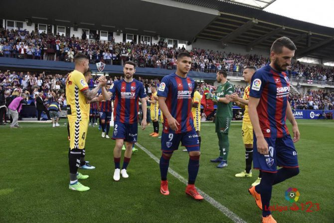 Los jugadores del Nástic le hacen el pasillo a los del Huesca previo al partido.