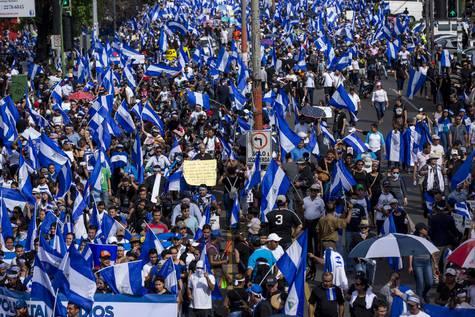 Miles de personas participan en una protesta en honor a las madres de los jóvenes fallecidos en las manifestaciones.