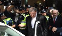 El cardenal George Pell sale del Tribunal de Magistrados de Melbourne
