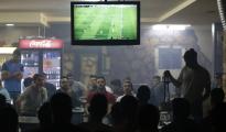 Palestinos ven un partido de fútbol en un bar en Ramallah