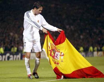 El legendario Raúl celebra uno de sus muchos éxitos deportivos.