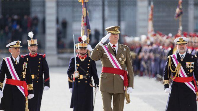 Felipe VI pasa revista a la Guardia Real.