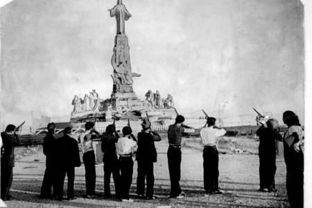 Rojos criminales disparando contra el Sagrado Corazón de Jesús.