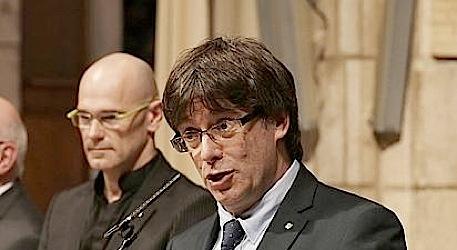 Carles Puigdemont. En segundo término, Raúl Romeva.