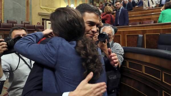 Pedro Sánchez y Pablo Iglesias se abrazan tras la moción de censura