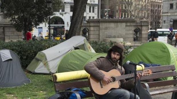 Acampada de personas sin hogar en la plaza Cataluña de Barcelona (ABC)