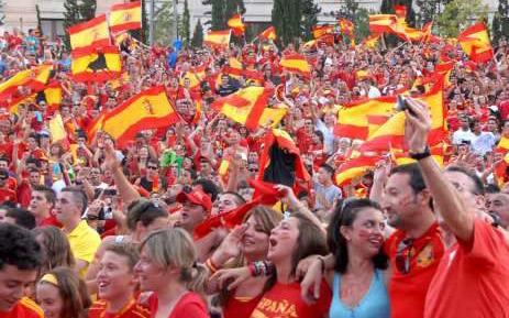 Aficionados viendo un partido de España en Benidorm