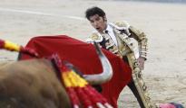 Cayetano echó las dos rodillas por tierra en el inicio de faena al sexto toro de Victoriano del Río