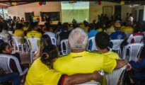 Un grupo de colombianos sigue el partido por televisión.