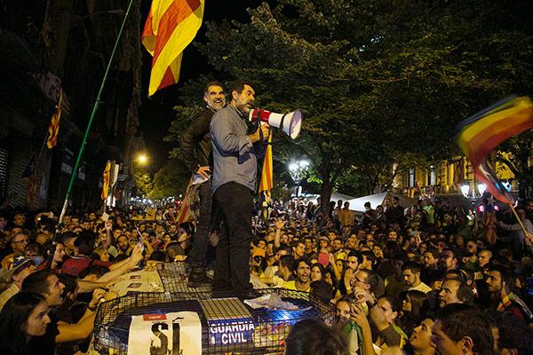 Sánchez y Cuixart, subidos en un coche de la Guardia Civil.