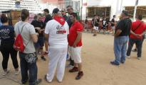 Festeros en el recinto donde se ha producido la trágica muerte en el festejo de los bous en Paiporta LP