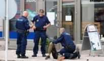 La Policía atiende a una de las víctimas minutos después del ataque.