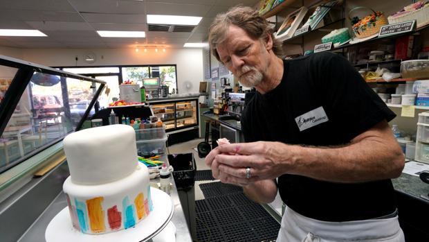 Jack Phillps prepara un pastel en su comercio en Colorado