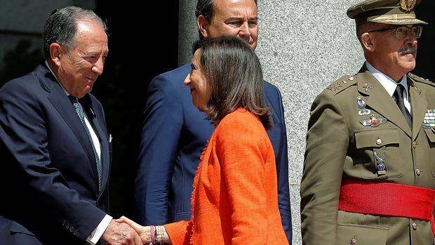 Robles saluda a Sanz Roldán, director del CNI