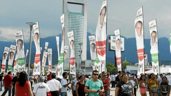 Los seguidores del candidato José Antonio Meade, del PRI, participan en el cierre de campaña de su candidato