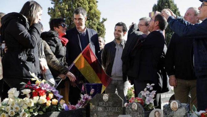 Pedro Sánchez (centro), ante una de las fosas comunes que hay en el cementerio de Paterna (Valencia)