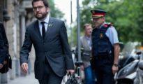 El vicepresidente del Govern y consejero de Economía, Pere Aragonés, llega a la sede mientras se producen los registros