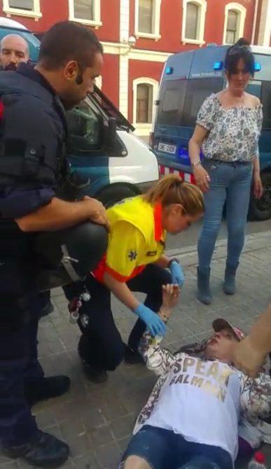Una mujer yace en el suelo tras ser agredida.