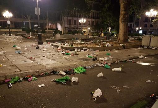 La plaza del Rey, hasta arriba de basura (ABC)