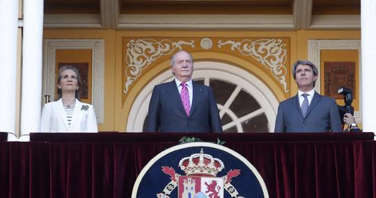 Don Juan Carlos, acompañado por la Infanta Doña Elena y Ángel Garrido, presidió la corrida desde el Palco Real