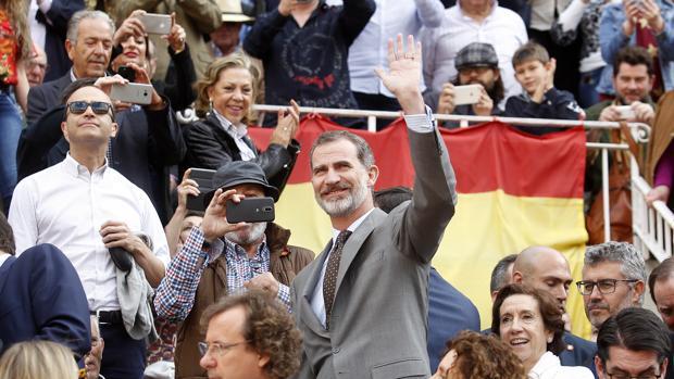 El Rey, acompañado por Victoria Prego, saluda a su llegada a Las Ventas