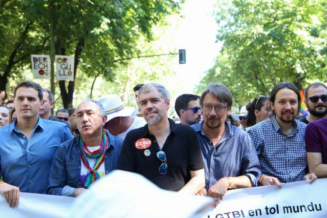 Albert Rivera, con miembros de Podemos, el día del orgullo gay.