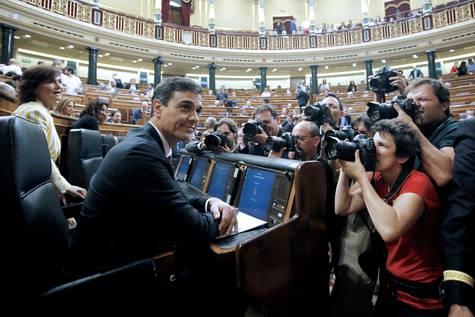 Sánchez, fotografiado por la prensa antes de su primera sesión de control en el Congreso.