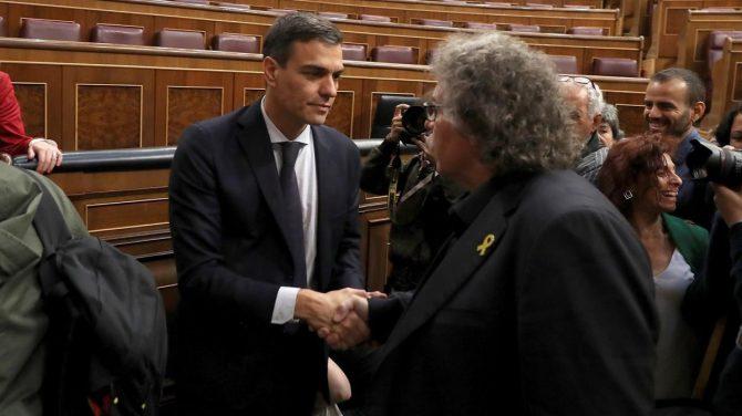 Joan Tardà felicita a Pedro Sánchez (El Periódico)