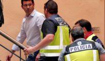 Jorge Rodríguez, custodiado por agentes de la UDEF en el Ayuntamiento de Ontinyent.