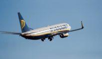 Imagen de este sábado de un avión de Ryanair despegando desde el aeropuerto de Palma de Mallorca.