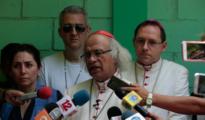 El cardenal Brenes habla con la prensa en la catedral de Managua