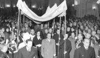 Entrada de Franco bajo palio en la Iglesia de la Santa Cruz del Valle de los Caídos en 1959.